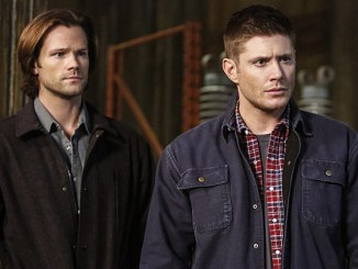 """Supernatural -- """"We Happy Few"""" -- SN1122b_0226.jpg -- Pictured (L-R): Jared Padalecki as Sam, Jensen Ackles as Deanand Rob Benedict as Chuck Shurley -- Photo: Bettina Strauss/The CW -- © 2016 The CW Network, LLC. All Rights Reserved"""