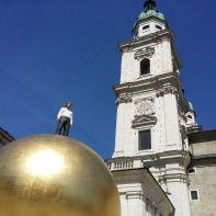 Der Mensch auf seiner Erde vor dem Salzburger Dom