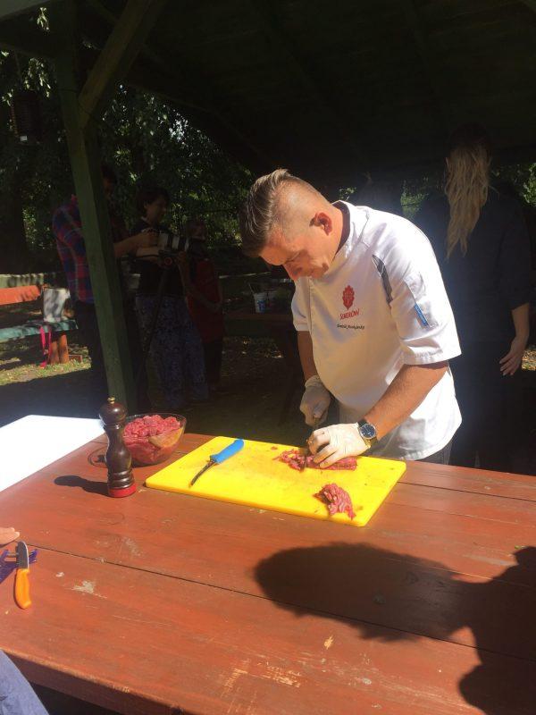 Szef Kuchni Dominik Moskalenko przygotowuje polędwicę