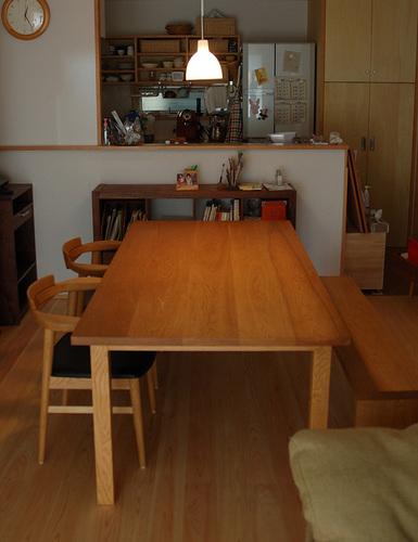 ナラ材のスタンダードテーブル、アッツベンチ、亜和座チェアを組み合わせたダイニングテーブルセットご納品の様子
