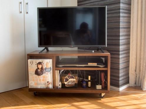 キャスターをつけて自由に動かしていただける、TANAテレビボード