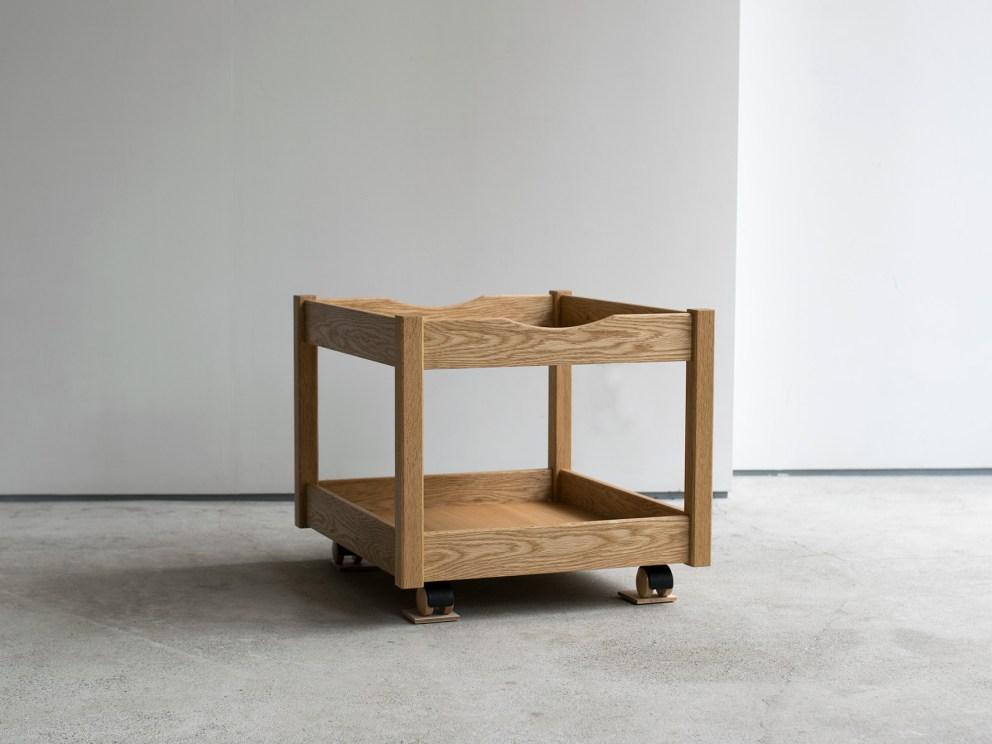 テーブル下に収まる木製ワゴン