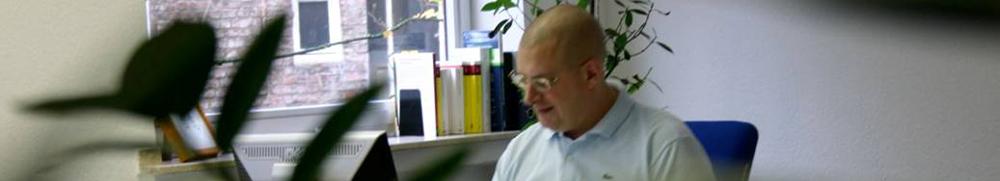 Peter Höffner Finanzberater am Schreibtisch
