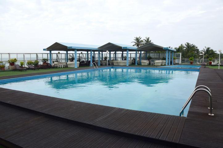 hotel-palm-beach-pool-close