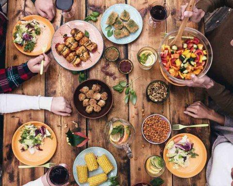 Gemeinsames Essen am runden Tisch, so läufts! (Foto: g-stockstudio/ Shutterstock)