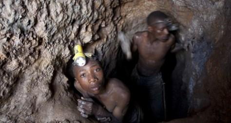Niños extrayendo Coltán para el negocio de los móviles