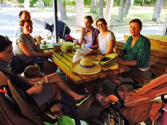 Die Kids sind in der Zooschule - die Eltern genießen in gemütlicher Runde einen Kaffee.