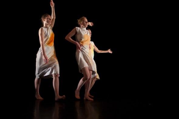 Elisabeth Schilling, Julie Schmidt, Fabiola Santana in Triptych (photo: Karolina Bajda)