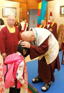 圖為盧師尊觸頂加持小主祈人