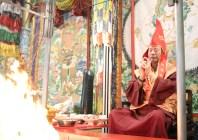 2017年7月2日下午,美國西雅圖彩虹雷藏寺恭請蓮生法王盧勝彥主壇「愛染明王護摩大法會」,法王於開示前,為一對新人舉行福證儀式。是日,貴賓雲集。圖為演化手印。
