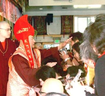 2017年7月2日下午,美國西雅圖彩虹雷藏寺恭請蓮生法王盧勝彥主壇「愛染明王護摩大法會」,貴賓雲集。圖為師尊慈悲摩頂加持。
