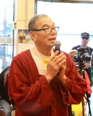 2017年7月1日晚間,美國西雅圖雷藏寺恭請蓮生法王盧勝彥主持週六會同修,同修本尊是西方極樂世界教主阿彌陀如來,善信護持。圖為貴賓與外來善信向師尊問安。
