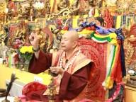 2017年7月1日晚間,美國西雅圖雷藏寺恭請蓮生法王盧勝彥主持週六會同修,同修本尊是西方極樂世界教主阿彌陀如來,善信護持。圖為師尊做迴向。