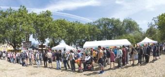 圖為民眾熱烈參與「華光日」活動。