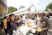 圖為貴賓省議員康安禮女士派送食物給民眾。