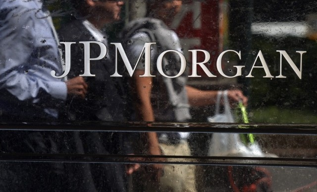 People walk by JP Morgan Chase & Company headquarters in New York. (Emmanuel Dunand)