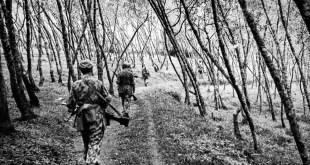 Patroli tentara Belanda melewati perkebunan kina, di lereng Pegunungan Arjuno, Jawa Timur (Batu, Juli 1947).  Album prajurit Charles van der Heijden-Koleksi Museum Bronbeek.