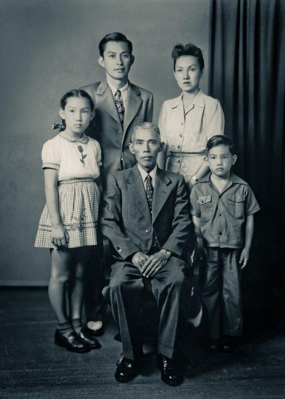 Fujimoto Family 藤元 ca. 1943, Hawaii