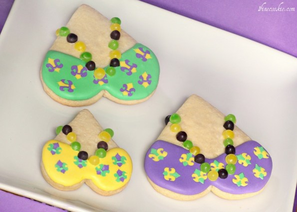 madri gras cookies green purple yellow beads heart candy necklace icing sugar cookie recipe tutorial how to