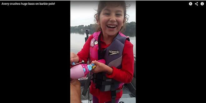Une petite fille prend un bass énorme avec une canne Barbie!