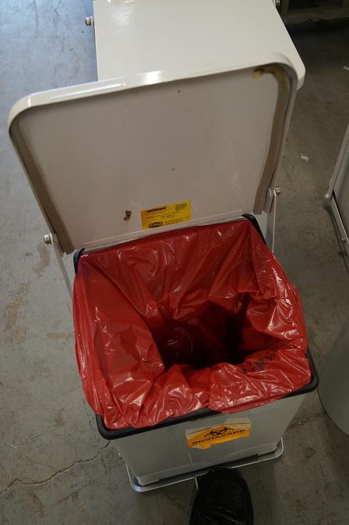 1 Biohazrd waiste medical trash can recepticals