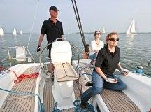 Mit Skipper kann eigentlich nix schiefgehen: Segeltörns sind beliebt, auch bei Unternehmen (Foto: Nataraj/ Fotolia.com)