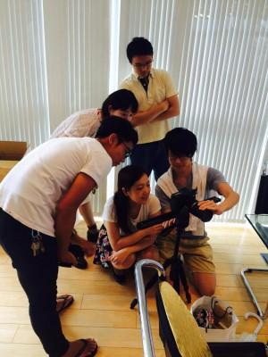 """僕が3日で""""映像制作""""ができるようになった理由 (撮影機材を試す受講生と講師 左から野田さん、矢橋さん、佐世さん、鶴田さん、鈴木さん)"""