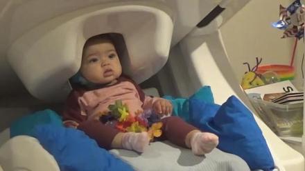 Un bebé escucha palabras en dos idiomas en un escáner