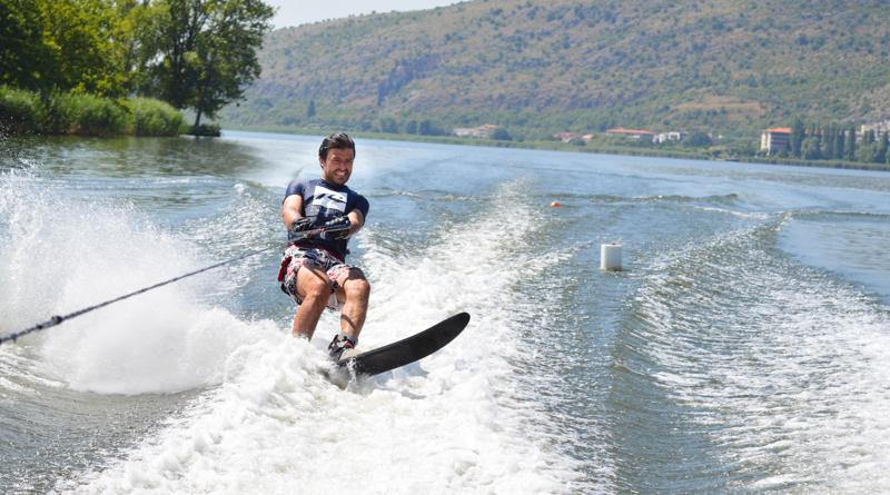 """O Σταύρος Θεοδοσόπουλος θα σε κάνει να αγαπήσεις τη λίμνη και να ξεκινήσεις """"θαλάσσιο σκι"""""""