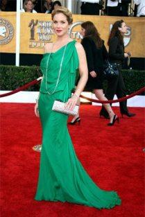 Christina Applegate en un vestido estilo griego en color verde esmeralda