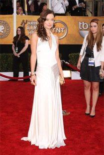 Olivia Wilde en un vestido de corte sencillo en color blanco