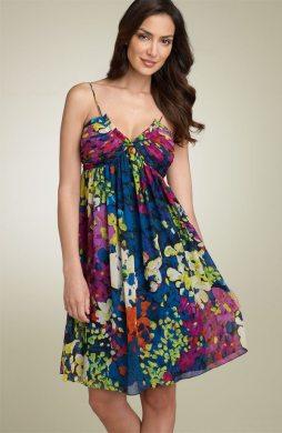 Vestido con pliegues y falda linea A que ayuda a crear una silueta más femenina