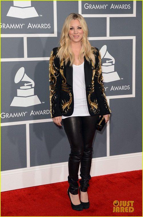 Kaley Cuoco en la alfombra roja de los premios Grammy 2013