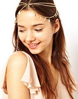 Tendencias de moda en accesorios para el pelo: Diadema con cadenas