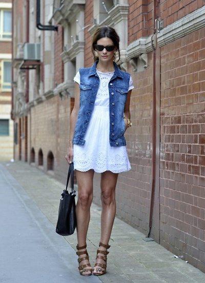 Chaleco de mezclilla con vestido blanco