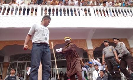 Eksekusi cambuk di Peuniti, Banda Aceh. | FOTO: Radzie/ACEHKITA.COM