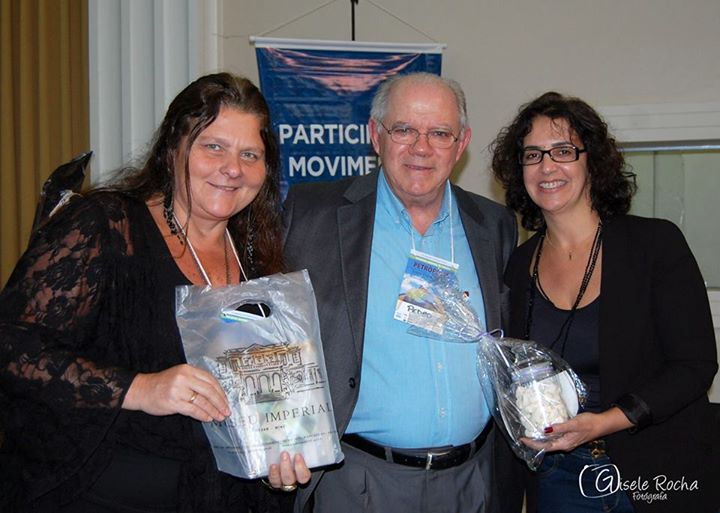 Márcia Coelho Netto e Célia D´Azevedo representaram o Grupo Tour da Experiência de Petrópolis e presentearam Nauro Grehs.