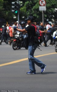 302781F800000578-3398712-A_man_with_a_gun_appears_to_aim_his_weapon_towards_crowds_of_peo-m-30_1452766184906