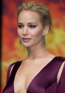 Jennifer Lawrence 2016 yılbaşı partisi için saç şekilleri