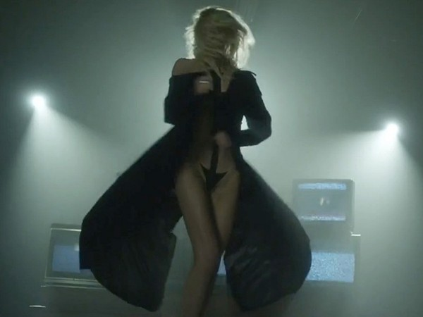 iggy azalea nude on stage