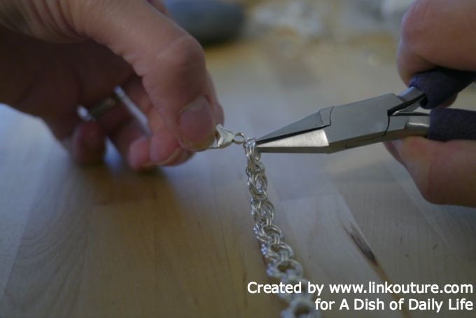 Make your own stunning spiral chain bracelet with this free and easy diy jewelry making tutorial.