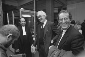 Max de Bok met Mr. Doeleman bij het Kort Geding van Wim Klinkenberg (midden) tegen de TROS vanwege de verwijdering van Klinkenberg uit het Journalistenforum, 20 november 1987. (Bron: Wikimedia Commons)
