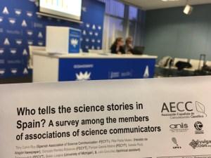 Carolina Moreno, juntera de la AECC, presentando la encuesta