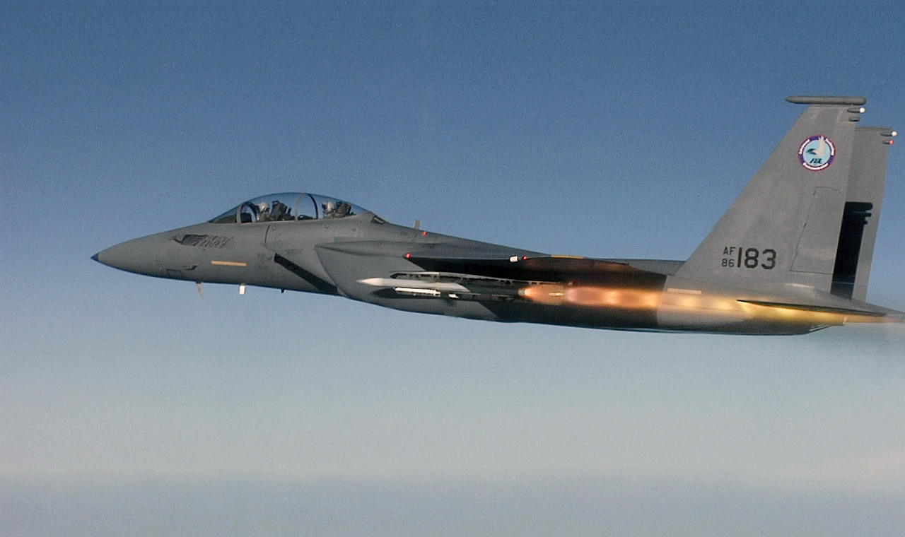 F-15 SE dispara AMRAAM