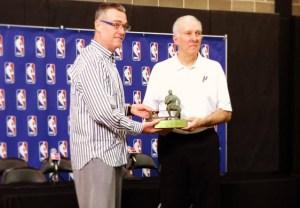 R C Buford et greeg popovich avec le Red Auerbach Trophy