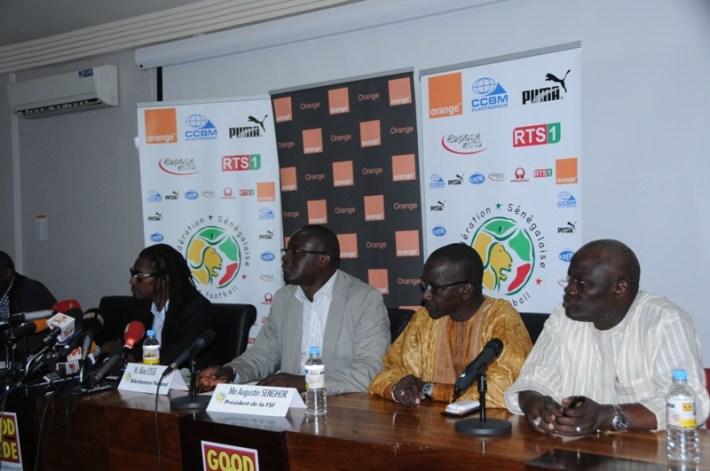 Aliou_Cissé_et_les_membres_de_la_fédé_et_du_ministère_ des_sports