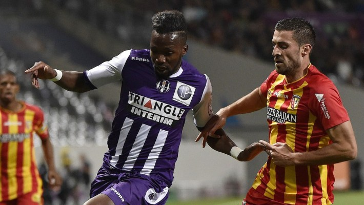 Lens' French midfielder Pierrick Valdivia (R) vies with Toulouse's French midfielder Tongo Doumbia (L) during the French first division football match Toulouse FC (TFC) vs RC Lens (RCL) at the Municipal Stadium in Toulouse, southern France. AFP PHOTO / PASCAL PAVANI        (Photo credit should read PASCAL PAVANI/AFP/Getty Images)