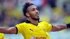epa04927229 Dortmund's Pierre-Emerick Aubameyang celebrates after scoring the 4-2 lead during the German Bundesliga soccer match between Hannover 96 and Borussia Dortmund at the HDI-Arena in Hanover, Germany, 12 September 2015.(EMBARGO CONDITIONS - ATTENTION: Due to the accreditation guidelines, the DFL only permits the publication and utilisation of up to 15 pictures per match on the internet and in online media during the match.)  EPA/PETER STEFFEN