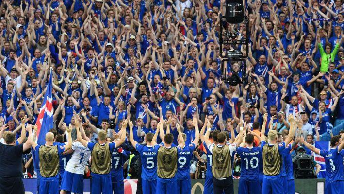 les-islandais-fetent-leur-qualification-en-8e-de-l-euro-avec-leurs-supporters-le-22-juin-2016-au-stade-de-france_5621357