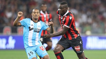 """Nice's Italian forward Mario Balotelli (R) vies with William Jacques Vainqueur during the French L1 football match OGC Nice (OGCN) vs Olympique de Marseille (OM) on September 11, 2016 at the """"Allianz Riviera"""" stadium in Nice, southeastern France. / AFP PHOTO / VALERY HACHE"""